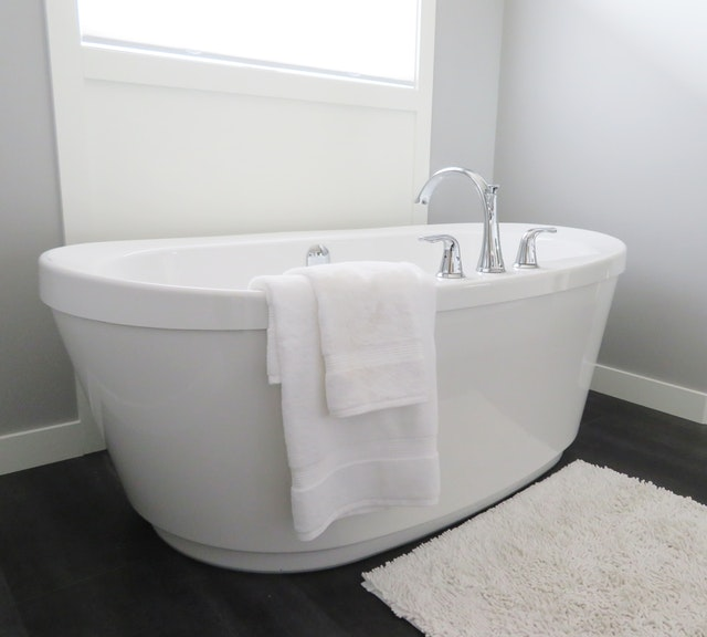 ensuite bathtub with chrome tap ware
